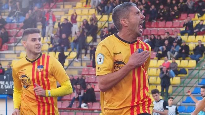 Josu celebra un gol