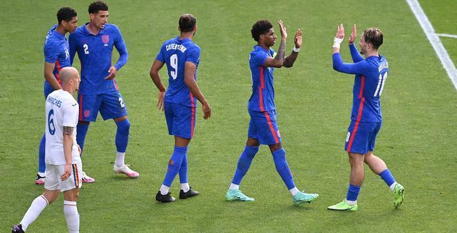 Los jugadores de Inglaterra celebran el gol de Rashford ante Rumanía