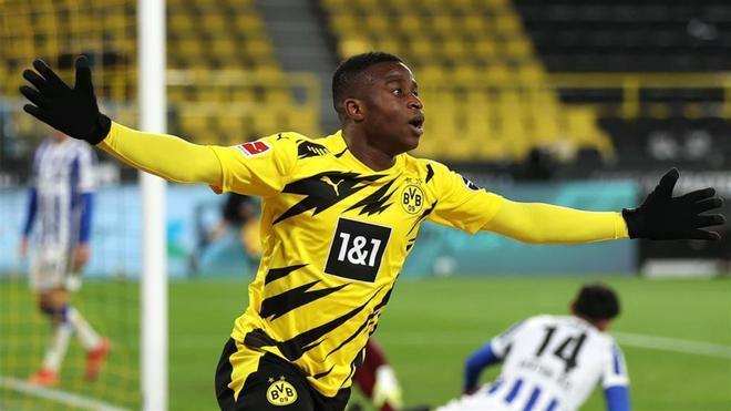 Youssoufa Moukoko celebra un gol con el Borussia Dortmund.