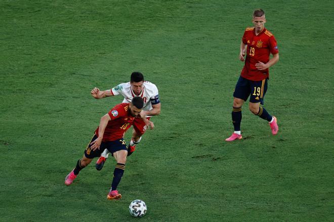 Jordi Alba, ganándole la partida a Lewandowski en el España - Polonia
