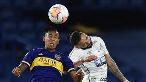 Villa y Pará luchan en un balón dividido