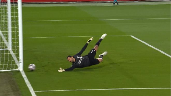 El Madrid tuvo una ocasión en Anfield: Benzema mandó el balón al palo
