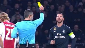 Las imágenes que cazan a Ramos: preguntó al banquillo si buscaba la tarjeta amarilla