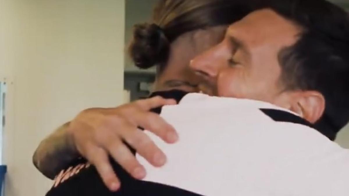 ¡No es Matrix! Leo Messi y Sergio Ramos se abrazaron en París