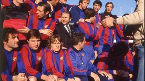Parte de la plantilla de la temporada 1980/81 del Barça. El presidente Núñez en el centro junto a Quini (izquierda)