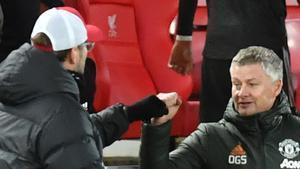 Klopp y Solskjaer saludándose en Anfield