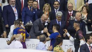 Luis Rubiales (presidente de la RFEF) entrega la Copa del Rey a Sergio Lozano