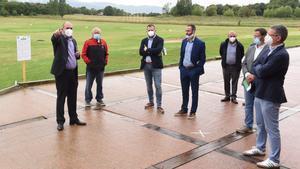 Jordi Puig, gerente de Golf Montanyá, da explicaciones a las dfferentes autoridades que acudieron a la matinal en el club de Osona