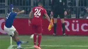Así se curte Todibo en Alemania: no te pierdas su salida de la presión... ¡con una rabona!