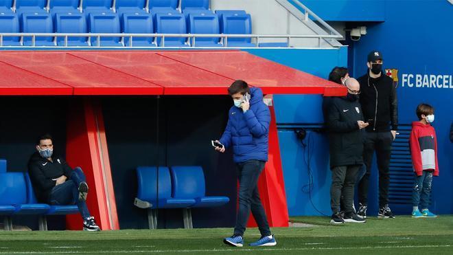 Eder Sarabia (banquillo) y Gerard Piqué (derecha, de pie) en el Estadi Johan Cruyff para el Barça B - Andorra