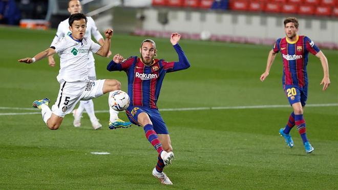 Mingueza y Take Kubo pelean por un balón en el Barça - Getafe