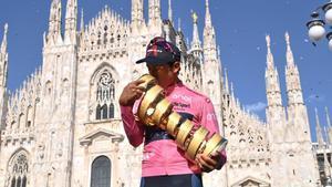 Bernal, con el trofeo de ganador del Giro de Italia