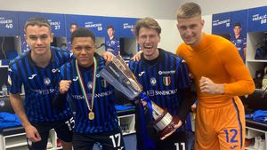 Anwar Mediero, segundo por la izquierda, celebrando el título con sus compañeros