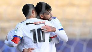 Depay y Paquetá celebrando el primer gol