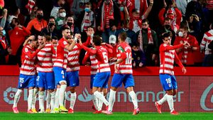 Los jugadores del Granada celebran el tanto de Rochina