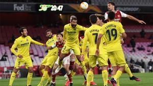 Los jugadores del Arsenal y el Villarreal lucha por un balón aéreo