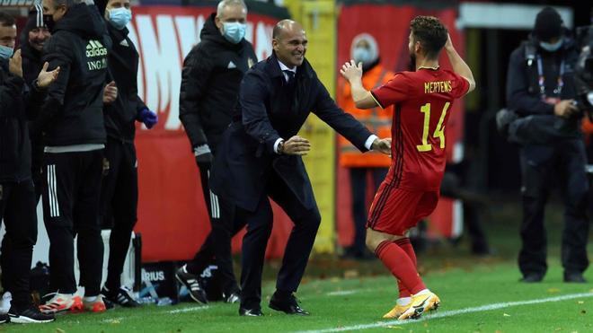 El seleccionador belga Roberto Martínez felicita a Dries Mertens tras marcar un gol