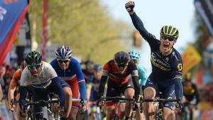 Impey se impuso a Valverde en el sprint de Reus