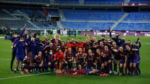Las jugadoras del FC Barcelona celebran la victoria en la final de la Copa de la Reina 2020 disputada en el estadio de La Rosaleda.