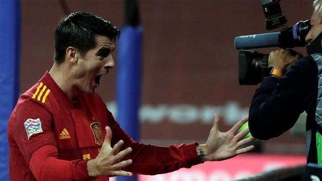 Morata, celebrando su gol ante una cámara de televisión