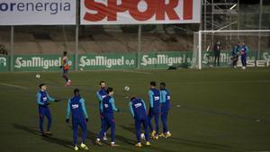 Dembélé y Busquets fueron suplentes en Cornellà y salieron en la segunda mitad