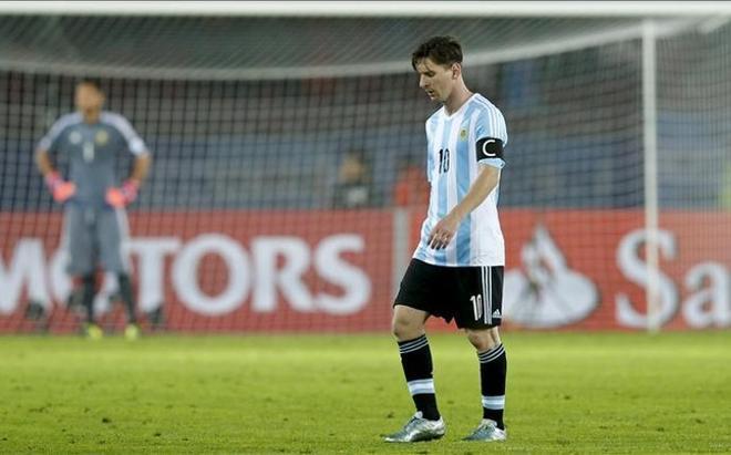 Messi acabó disgustado el partido ante Paraguay