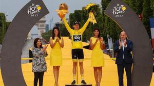 Chris Froome, en el podio de los Campos Elíseos como ganador del Tour2017