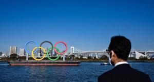 Los anillos olímpicos están instalados en el paseo marítimo de Tokio.
