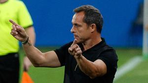 Sergi Barjuan celebró ante la Balompédica Linense su primer triunfo en el Estadi Johan Cruyff
