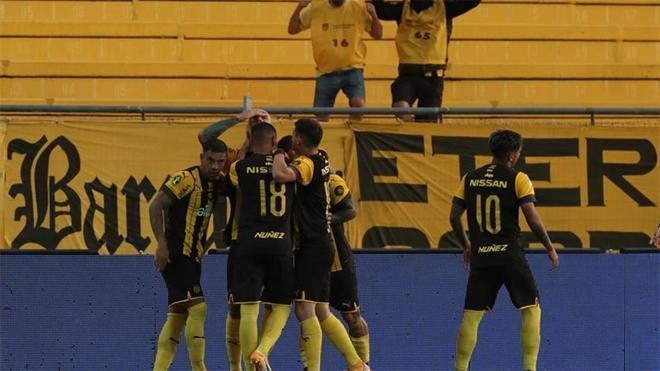 Jugadores de Peñarol celebran el gol de Ariel Nahuelpan