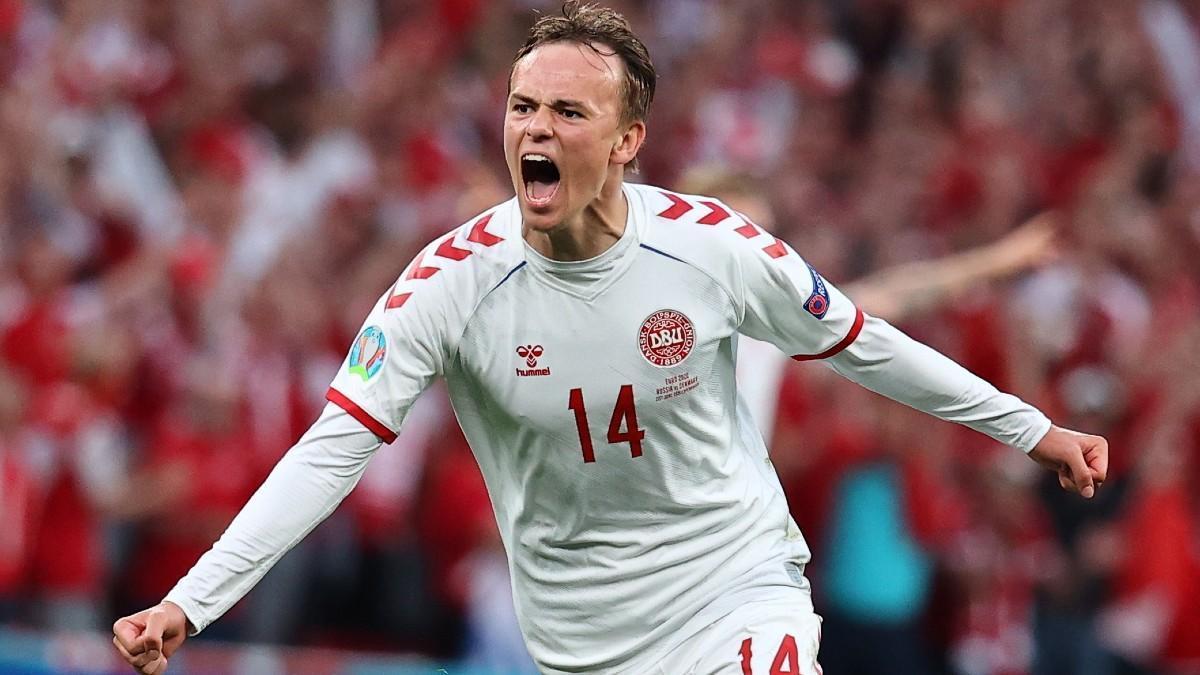 Mikkel Damsgaard celebra un gol con la selección danesa en la Eurocopa