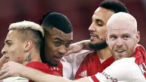 Los jugadores del Ajax se abrazan a Gravenberch tras anotar el gol del triunfo