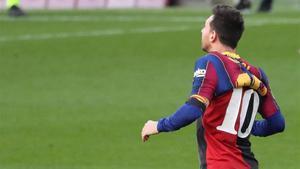 Messi mostró la camiseta que Maradona defendió cuando jugó para Newells en 1993