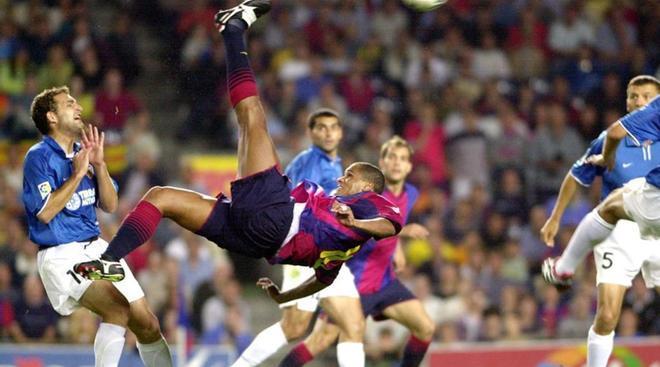 Momento cumbre en el Camp Nou. Inolvidable chilena de Rivaldo que valió el concurso del Barça en la Champions 2001-02