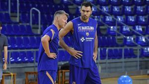 Pierre Oriola en un entrenamiento junto a Sarunas Jasikevicius