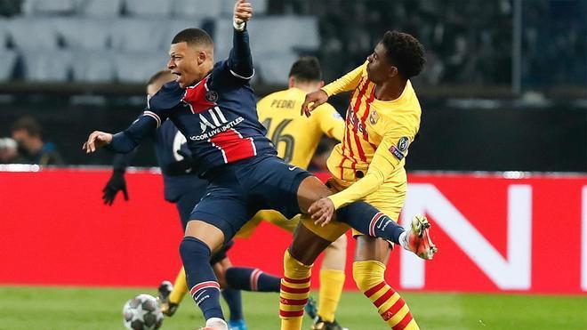 Mbappé y Junior Firpo chocaron en una acción del partido