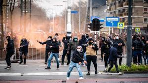 Una persona saca un tanque durante las protestas de Holanda