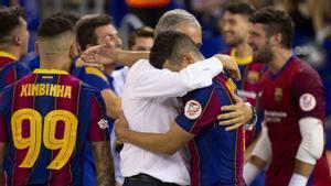 Andreu Plaza se abraza a sus jugadores tras ganar la liga