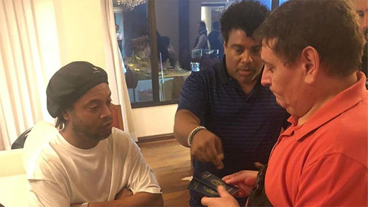 Ronaldinho bajo custodia hasta que Fiscalía paraguaya decida sobre detención
