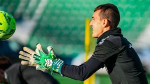 Édgar Badía durante una entrenamiento en el Martínez Valero con los guante de TwoFive Gloves