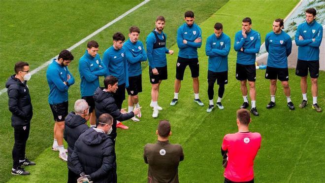 Marcelino García Toral, dando una charla a sus futbolistas.