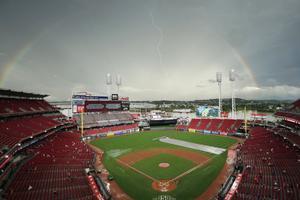 Vista general cuando se forma un arco iris y un rayo cae sobre el parque de pelota durante un retraso por lluvia en el juego entre los Houston Astros y los Cincinnati Reds en el Great American Ball Park en Cincinnati, Ohio.