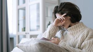 Dormir poco a los 50 (y antes) se puede pagar con demencia a los 70