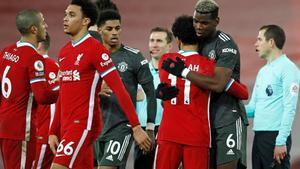 Futbolistas del Liverpool y United se saludan tras el encuentro