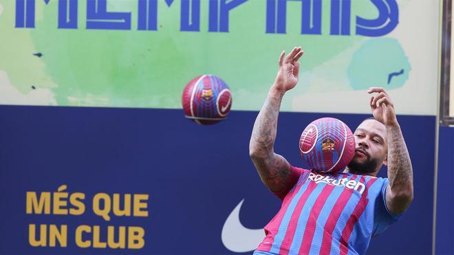 Memphis se atrevió con unos toques de balón y se lo pasó por el pecho y la espalda