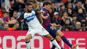 Sergi Roberto pugna por un balón con Rubén Duarte en el Barça-Alavés