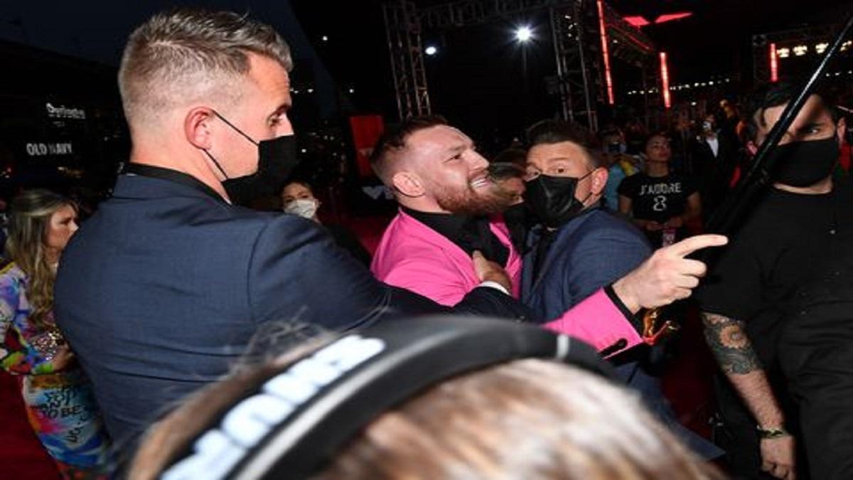 McGregor y Machine Gun Kelly protagonizan una pelea en la Alfombra Roja