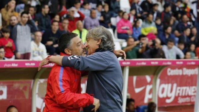 García Pimienta saluda al técnico del Albacete, Enrique Martín, antes del partido