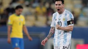 Messi celebra el gol de Di María.