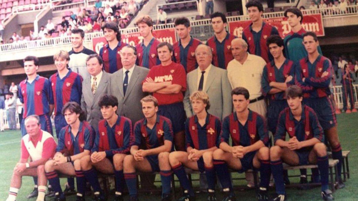 Foto de grupo en el Mini Estadi con Xavier Vilajoana al lado de Jordi Cruyff